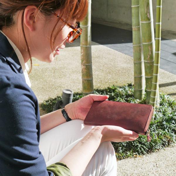 【商品紹介】オールレザーの長財布を女性スタッフが持ってみました。
